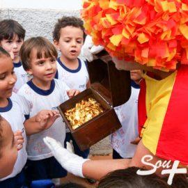 Emília do Sítio do Picapau Amarelo visita alunos e conta segredos